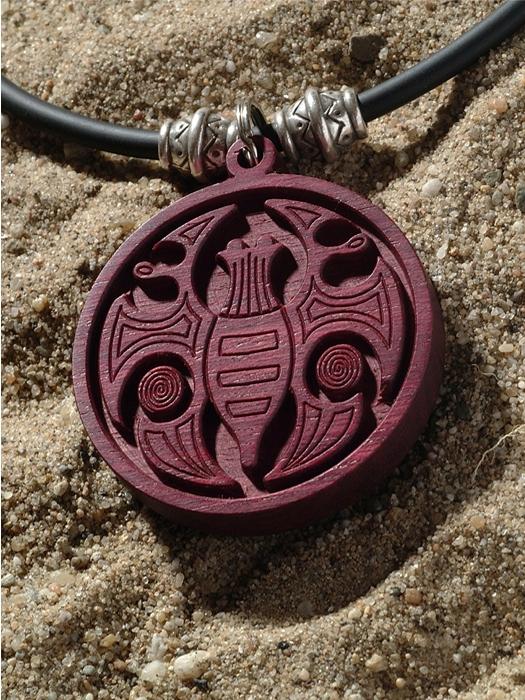 Hout amulet laten maken met vlinder