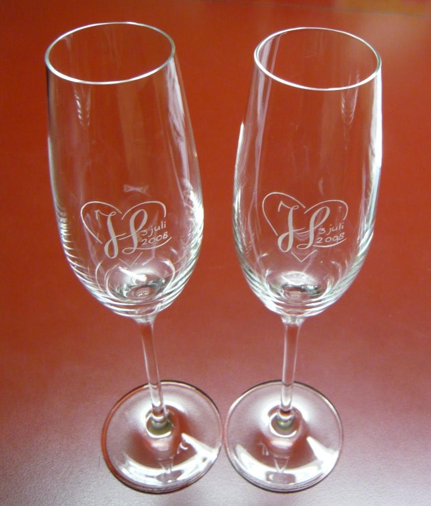 Glasgraveren monogram op champagneglazen