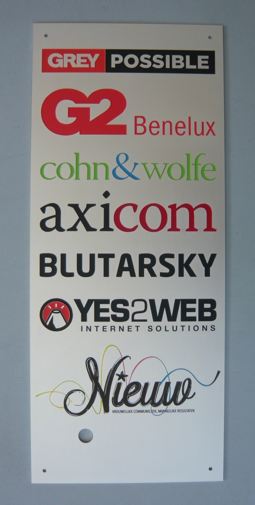 Naamplaat met logo graveren