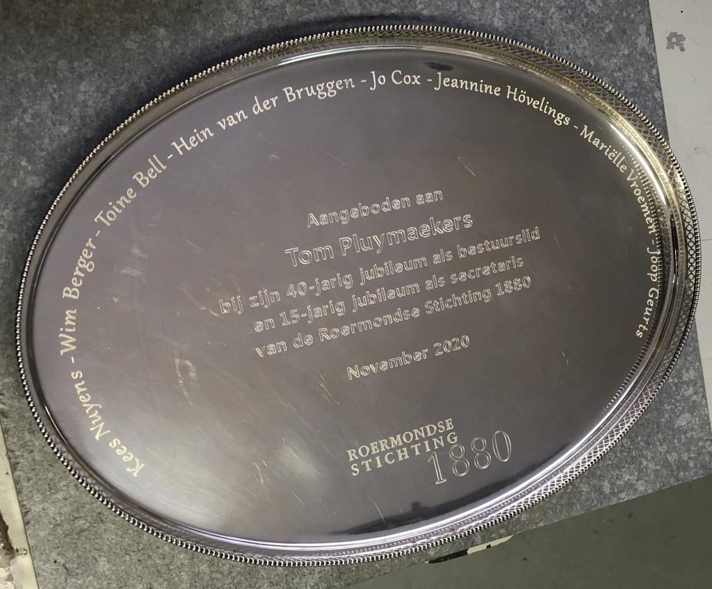 Zilveren dienblad met gegraveerde tekst