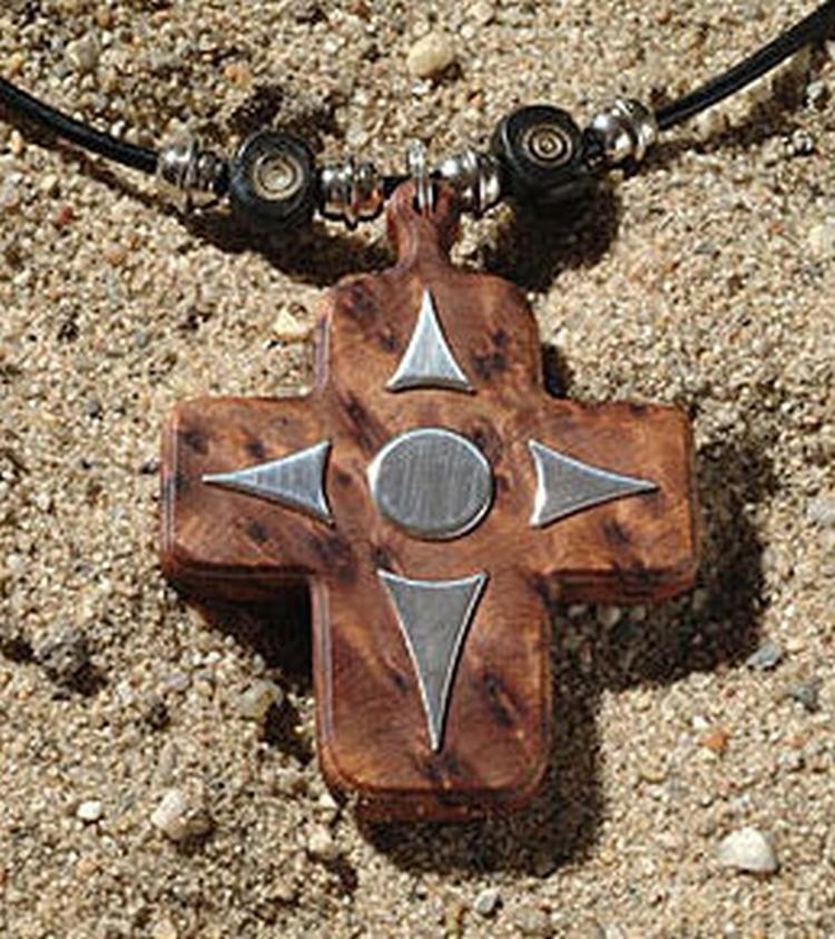 Sieraad kruis hout met zilver laten maken