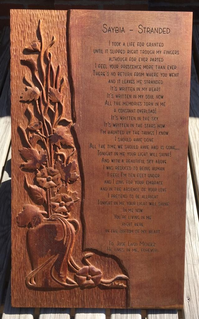 Houtreliëf met gegraveerd gedicht