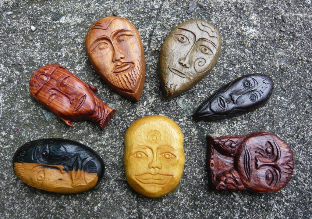 Houtreliëf gegraveerd maskers