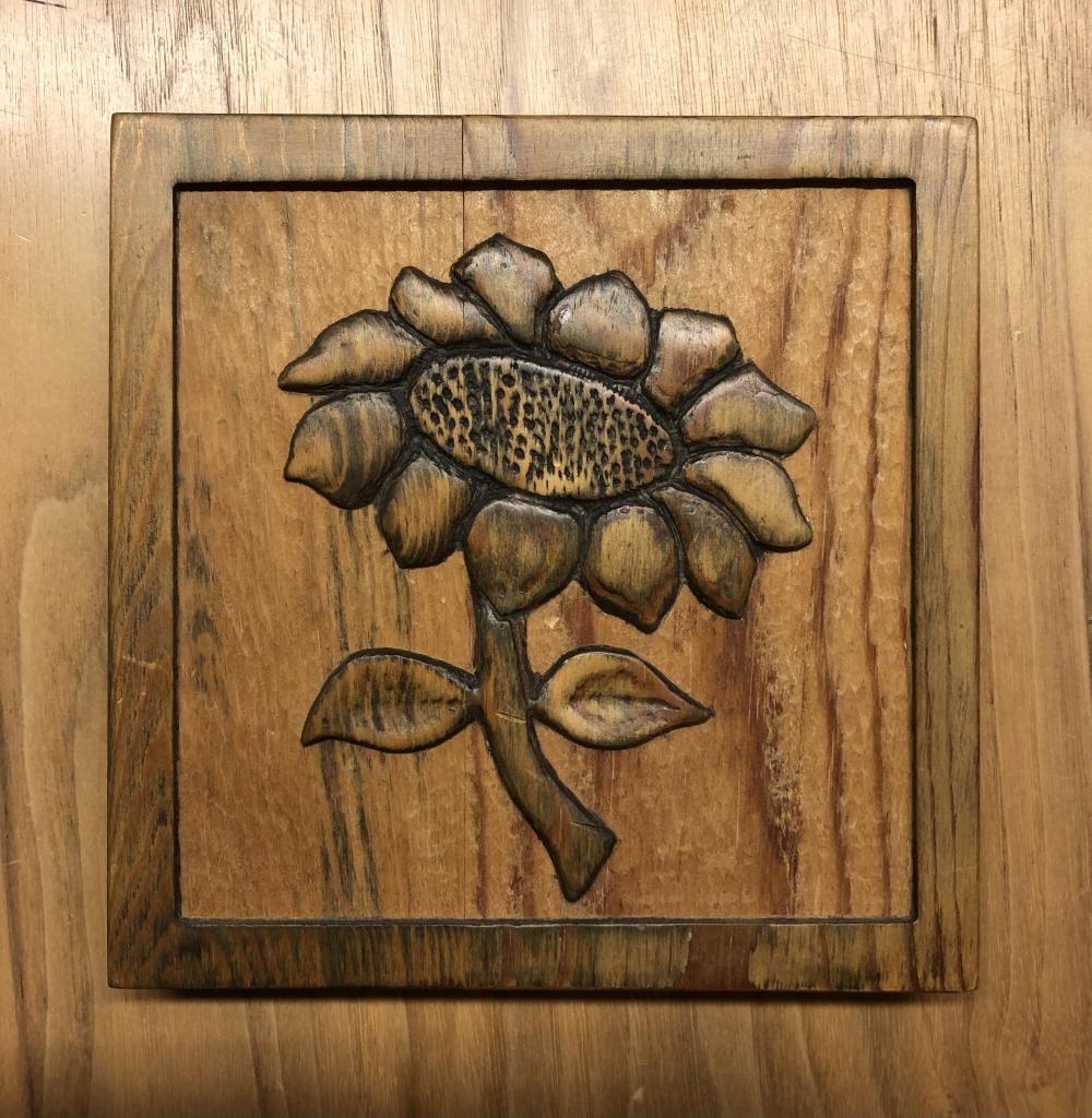 Zonnebloem relief in hout graveerstudio